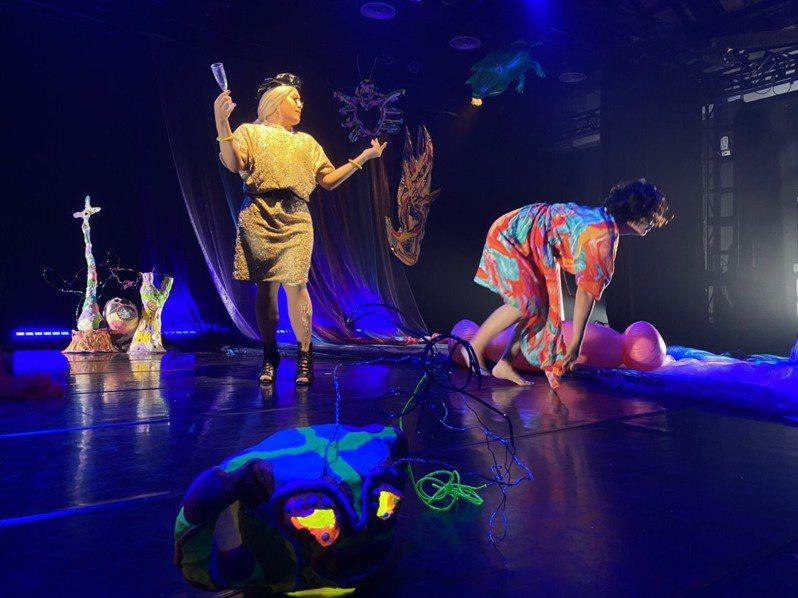 高雄市傑出演藝團隊両両製造聚團,推出「藝術家共製計畫-迷幻花園肢體劇場《親愛的》」,1月15至17日在高雄駁二蓬萊B9倉庫正港小劇場演出。圖/両両製造聚團提供