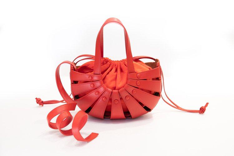 Mini Shell辣椒紅小牛皮貝殼包,77,700元。圖/眾奌溝通提供