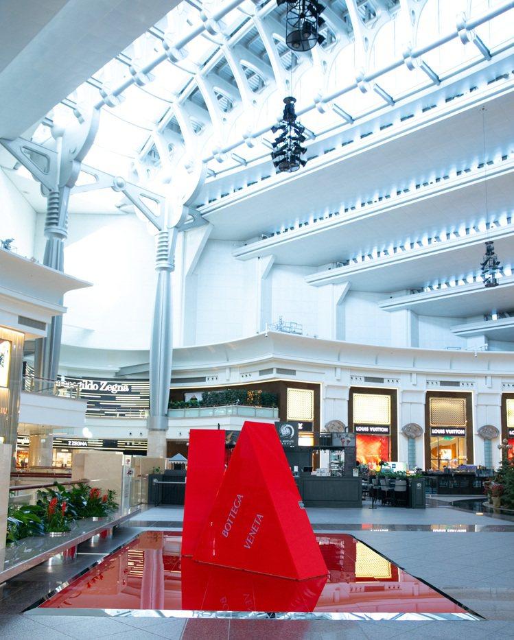 快閃店主要裝置以俐落的紅色三角形造型呈現,配上薰衣草紫色品牌LOGO的三角裝置像...