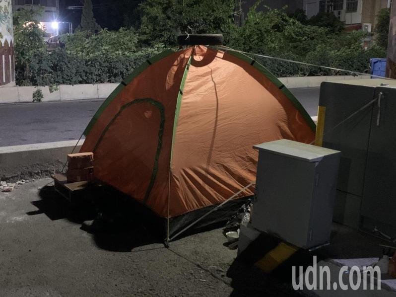 來自高雄左營的男子近日在雲林斗六明德路橋下紮營,顯眼的帳篷引人注目。記者陳苡葳/攝影
