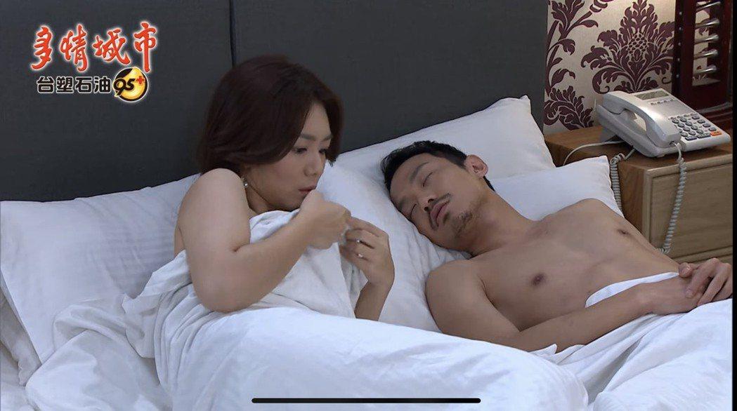 李又汝(左)、張哲豪在「多情城市」中酒後亂性意外上床。圖/摘自youtube