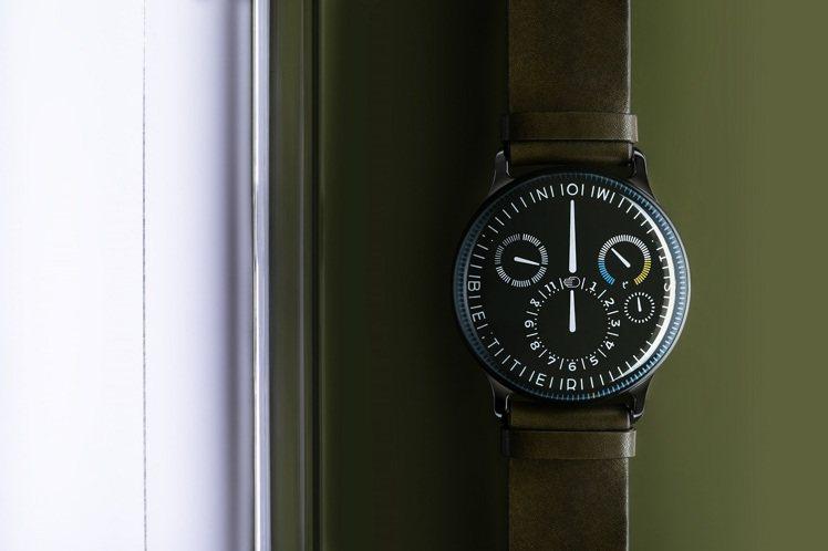 Type 3X腕表3X的「X」,同時具有沙漏與羅馬數字十年的意涵,並在小時次表盤...