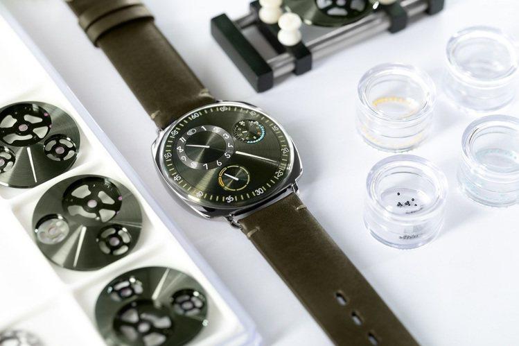 透過研發特殊液體改變視覺的折射率,加上特殊的機芯結構設計,讓Ressence腕表...
