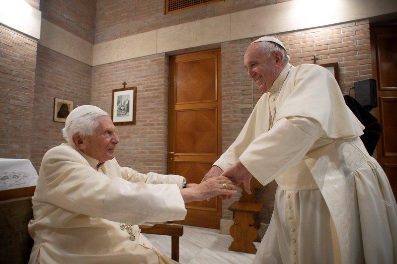 教宗方濟各(右)和前教宗本篤十六世(左)。(路透)