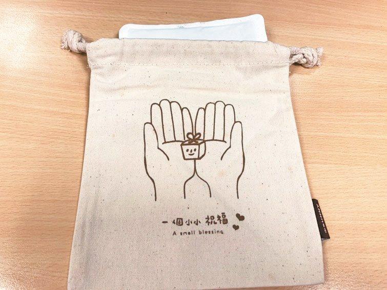避免失智長者誤食暖暖包,台灣失智症協會提醒,暖暖包最好放在布包裡,再給長輩使用。 圖/台灣失智症協會提供