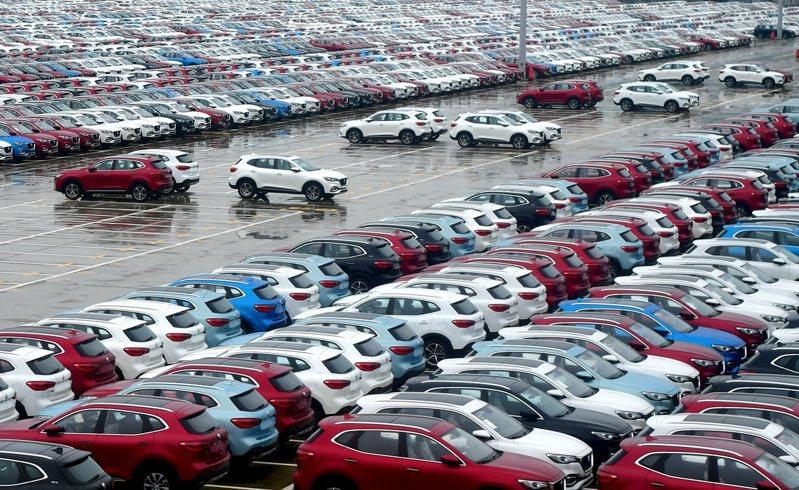 中國汽車工業協會13日發布數據,去年中國大陸汽車產銷2522.5萬輛和2531.1萬輛,同比下降2.0%和1.9%。圖為福建寧德市的上海汽車集團股份有限公司乘用車寧德基地,車輛等待出廠。(中新社資料照片)