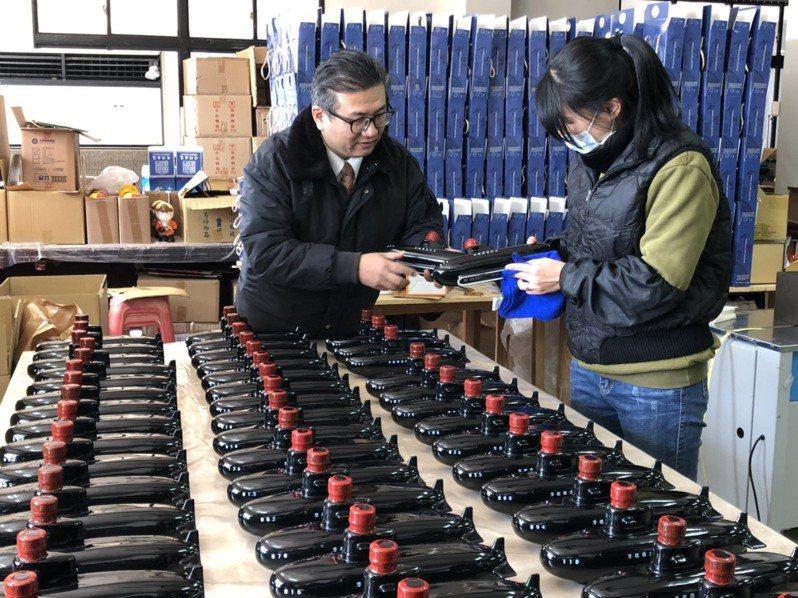 金門宏坡陶瓷廠接受台船公司工會委託,製作1200艘的「潛艦國造」造型紀念酒,一字排開,相當壯觀。記者蔡家蓁/攝影
