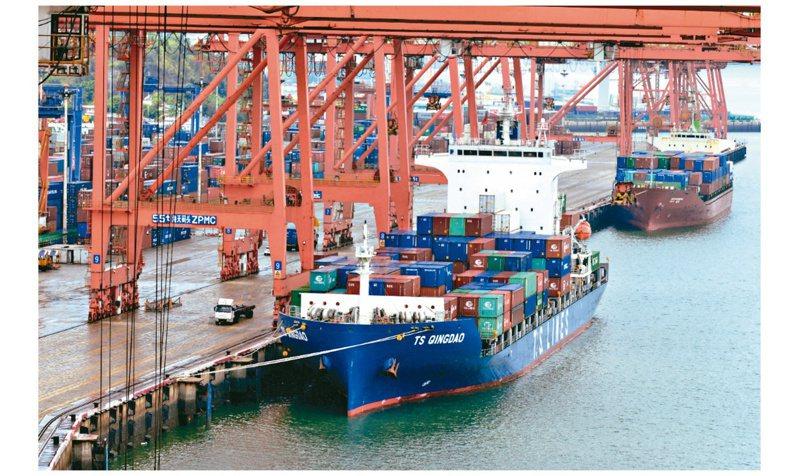 根據大陸統計,去年兩岸貿易逆勢成長。圖為廈門港海天集裝箱碼頭。(中新社)