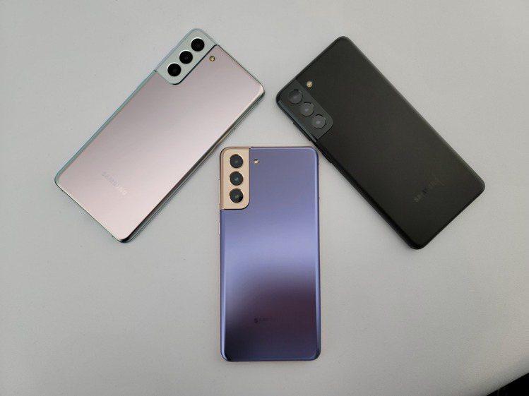 6.7吋的Samsung Galaxy S21+將推出銀、紫、黑等3色。記者陳立...