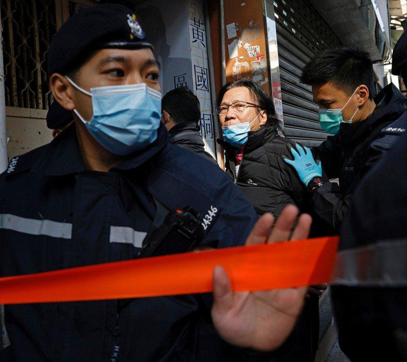 香港區議員黃國桐(中)昨遭港警以涉嫌「協助逃犯」為由拘捕。(路透)