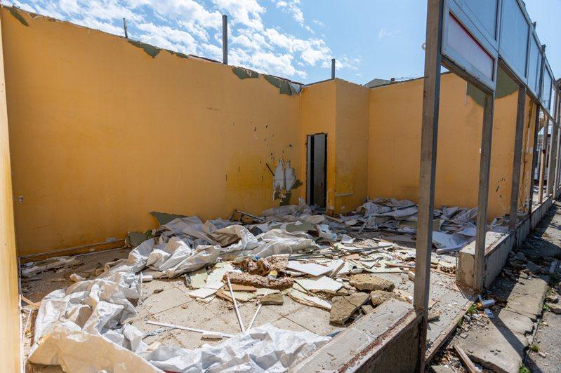 工人拆除違建時竟掉出屍體,意外揭發20年前一宗「水泥藏屍」案。示意圖/ingimage授權