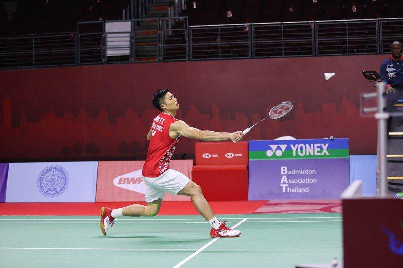 周天成直落二擊敗世界排名第10名的馬來西亞好手李梓嘉,取得四強門票。 (泰國羽球協會提供)中央社