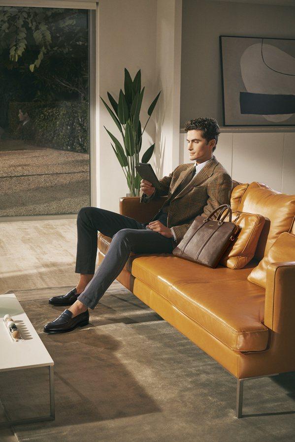 a.testoni開發出一系列正裝樂福鞋,是想兼顧兩種風格的商務人士最佳選擇。 ...