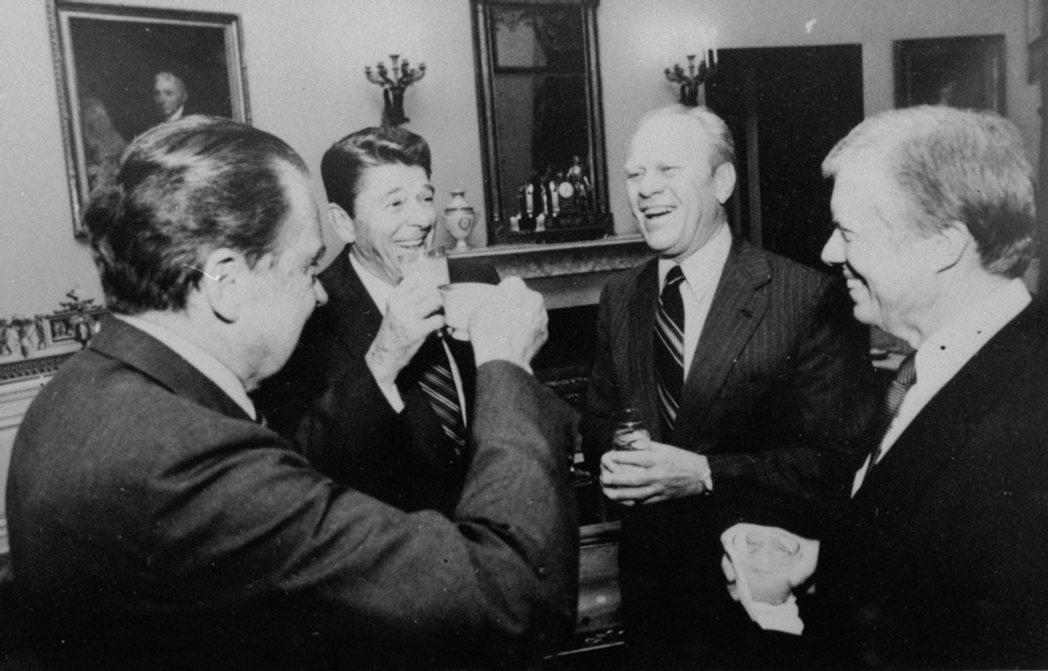 尼克森特赦事件,讓當代美國非常不能接受,但尼克森仍安安穩穩地安養天年。圖為198...