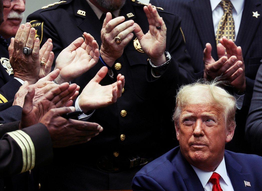 在驚滔駭浪之中,突破美國政治想像的那個男人,終於要從白宮畢業了。 圖/路透社