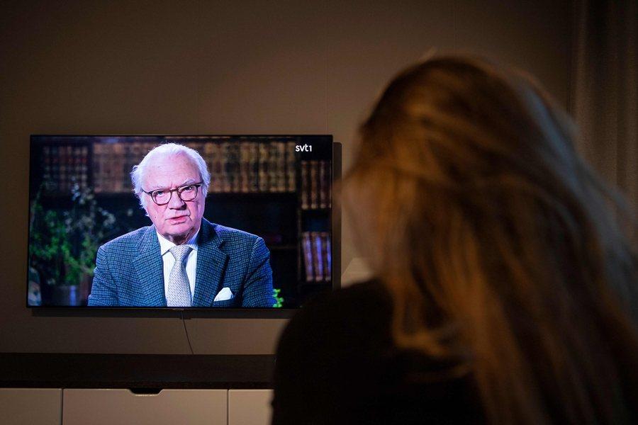 瑞典國王Carl XVI Gustaf在去年12月下了重話,表示瑞典防疫失敗。圖攝於去年4月,瑞典國王針對疫情發表談話。 圖/法新社