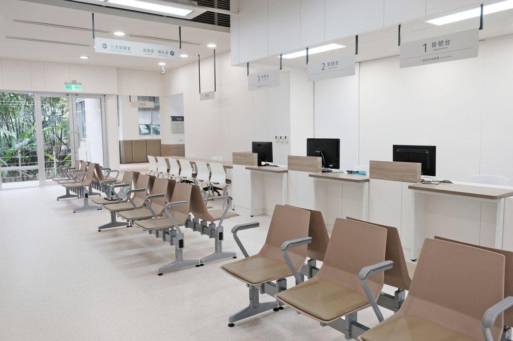 汐止區衛生所改造後,降低掛號台高度,考量到高齡者就醫。圖/台灣設計研究院提供