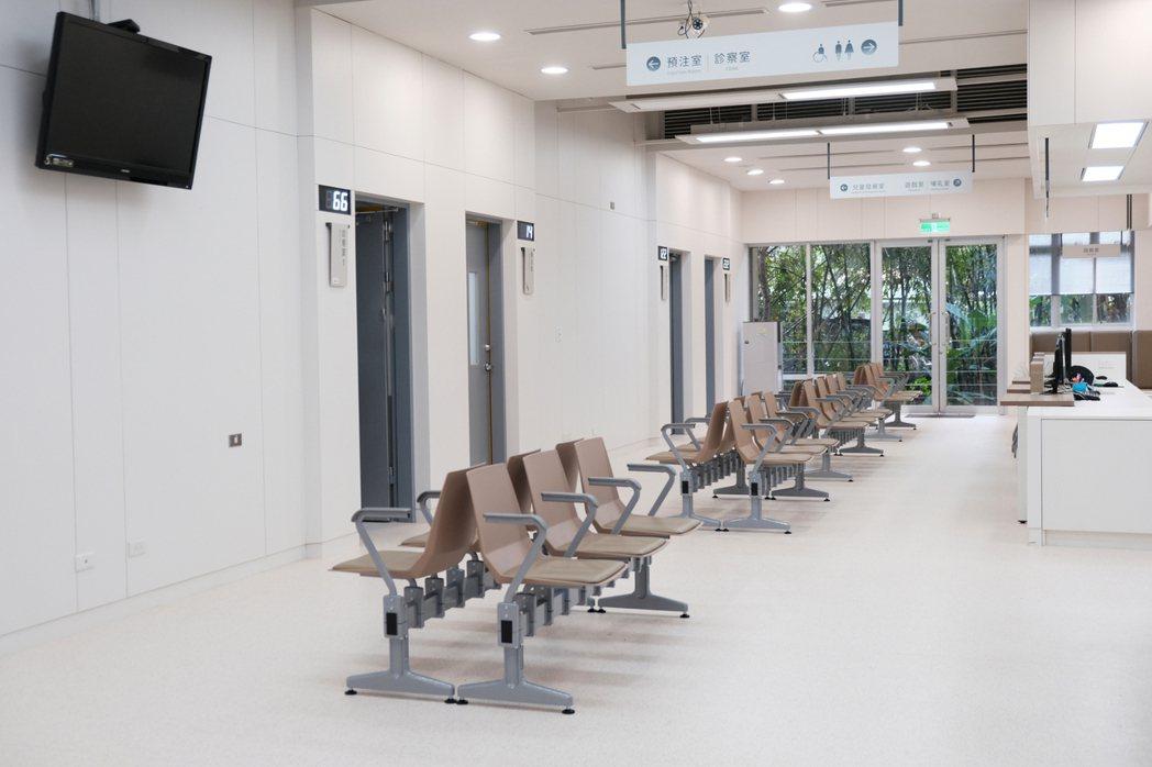 汐止區衛生所改造後,整體空間感更佳,識別度也清晰。圖/台灣設計研究院提供