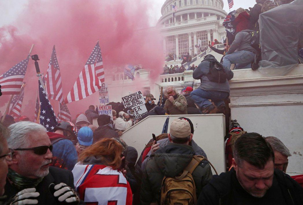 1月6日美國國會大廈遭場外抗議的川普支持者闖入,造成5人死亡。 圖/路透社
