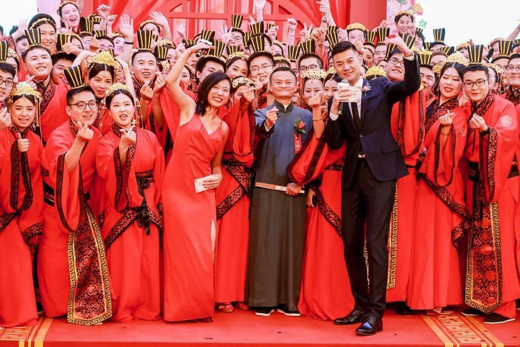馬雲在2019年為阿里巴巴員工的集體婚禮擔任證婚人。他當時提出工作996,但生活...
