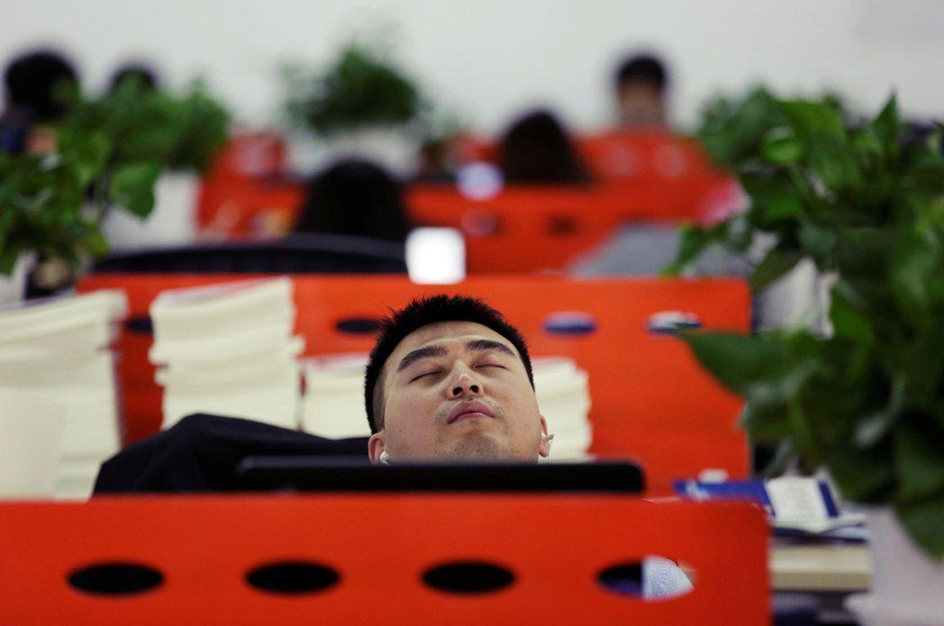 賺公司,省員工,或許才是成功企業的硬功夫、硬道理。圖為一名中國員工趁著午休時間...