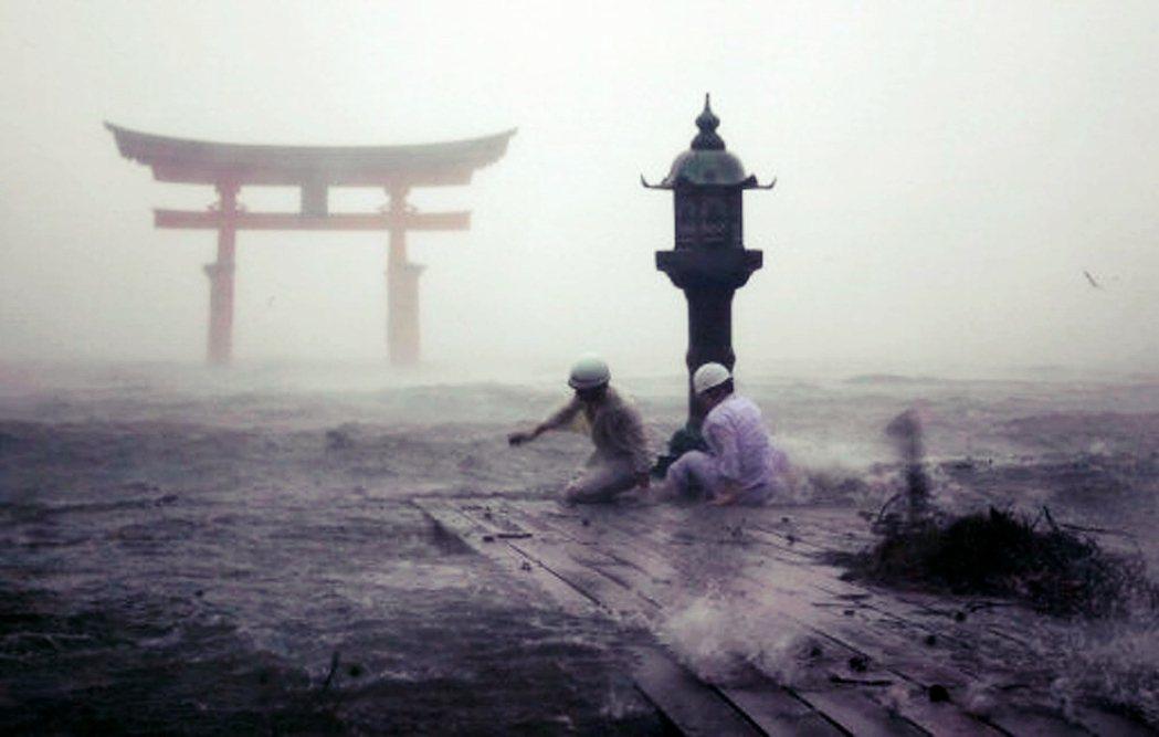 2004年遭遇颱風侵襲的嚴島神社。 圖/美聯社