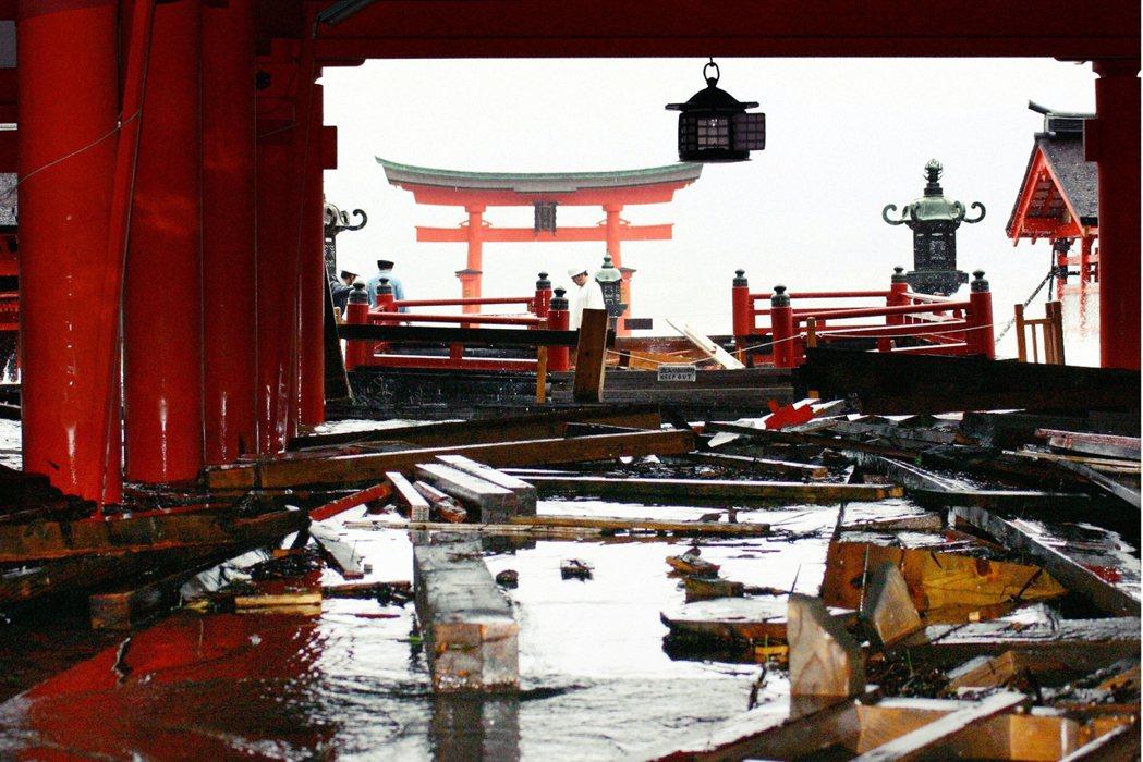 2004年遭遇颱風侵襲的嚴島神社。 圖/路透社