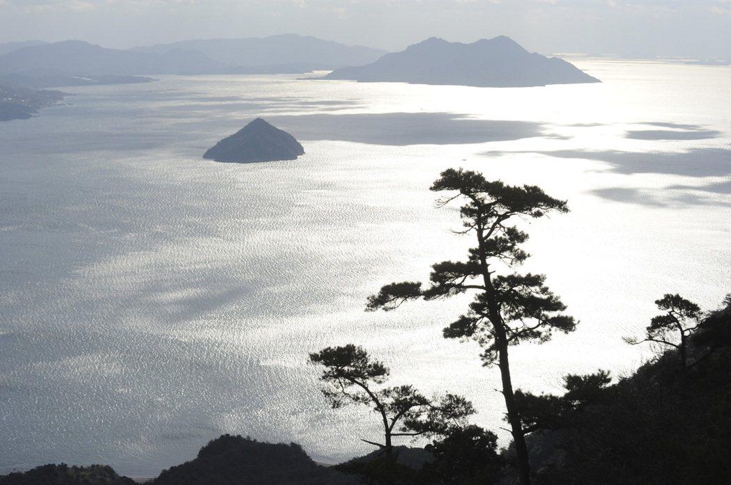 入島稅金的用途將作為嚴島神社周邊的自然環境保育、宮島在地設施維護等。 圖/歐新社