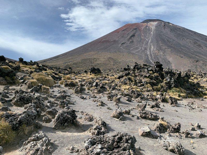 火山步道的荒蕪。圖/四塊玉文創 提供