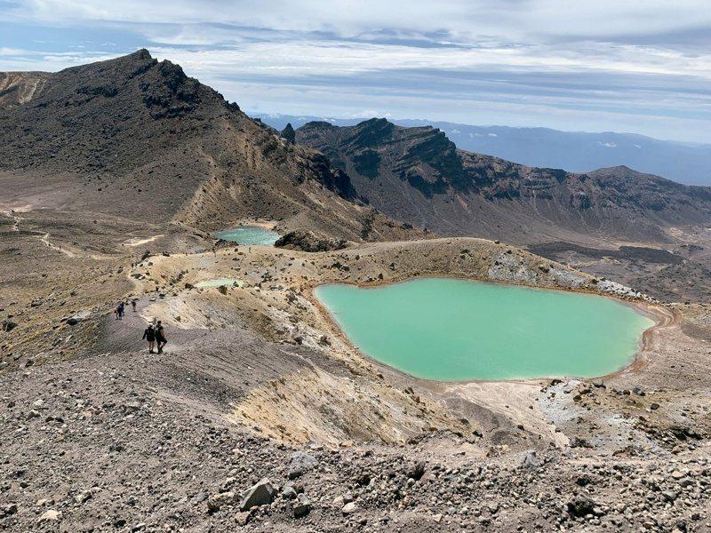 從火山口看翡翠綠湖和藍胡。圖/四塊玉文創 提供