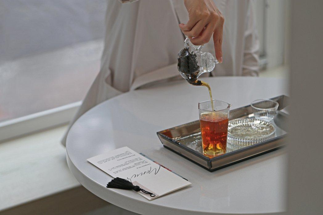 十間茶屋創立以來為傳統飲茶文化注入時髦風貌,由專業茶師現場沖泡,享受幽靜的飲茶時...