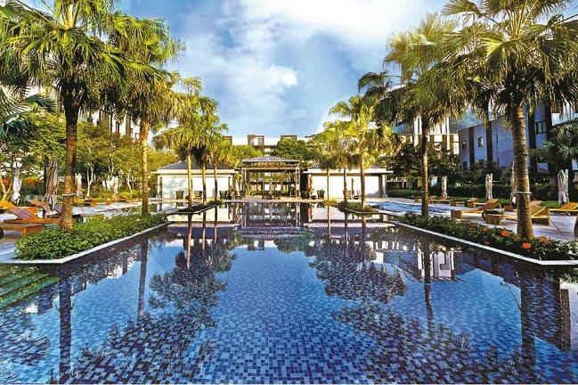 戶外泳池與有機香草水療池,是運用高端的溫水水療設備,將新鮮萃取的純露直接注入水中...