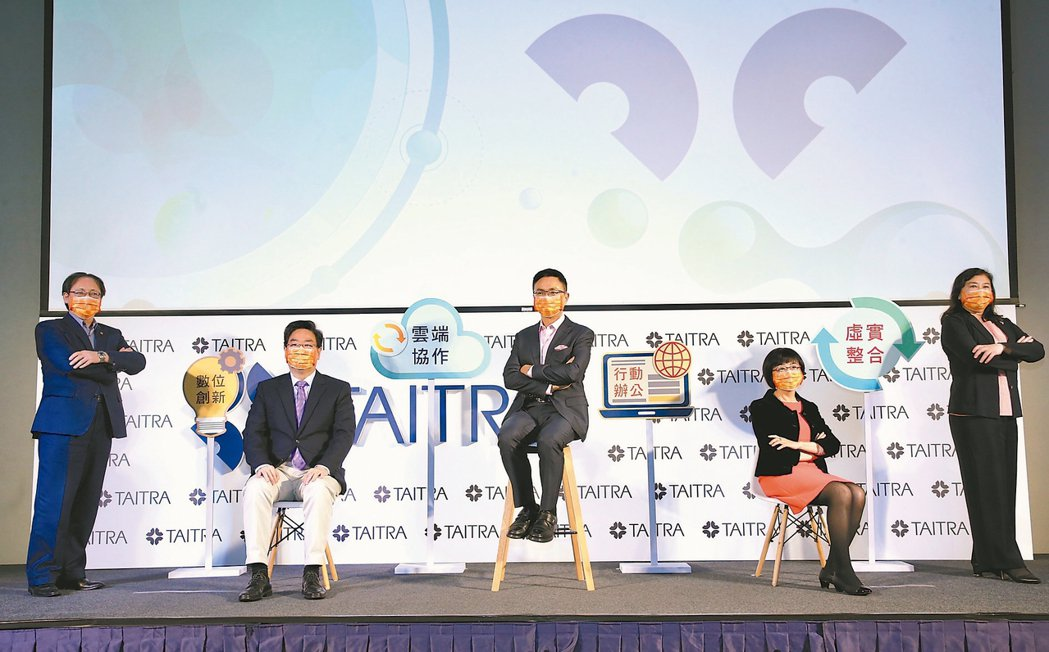 貿協董事長黃志芳(中)與貿協團隊在年度記者會中合影。左起依序為貿協副秘書長王熙蒙...