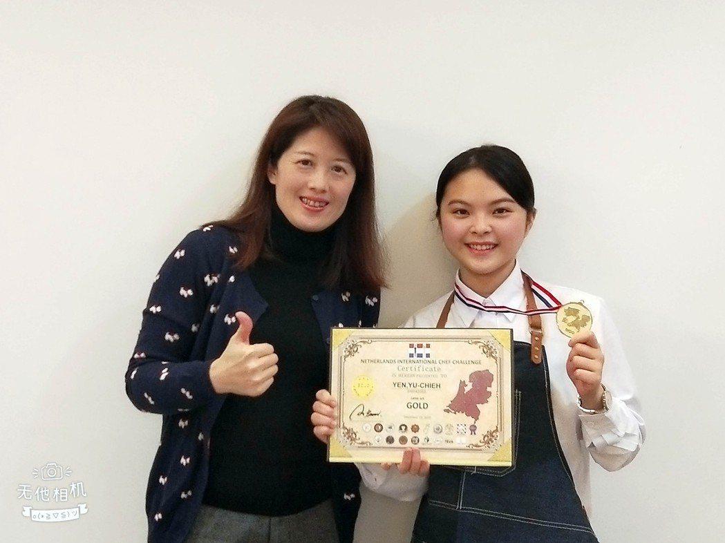 謝美婷老師指導顏妤倢獲咖啡拉花金牌。龍華科大/提供