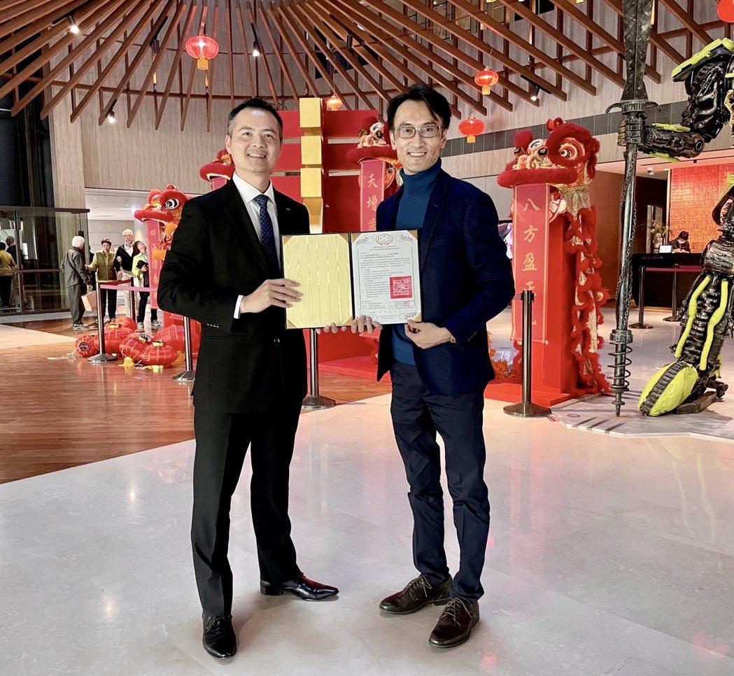 嘉藥休閒系主任吳濟民(右)代表系上與大員皇冠酒店簽訂產學合作協定。 嘉藥/提供