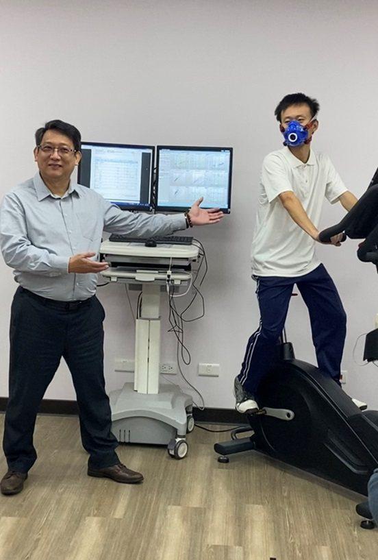 長庚大學王鐘賢教授(左)指導學生進行智能阻力控制訓練車的科學化量測。 長庚大學/...