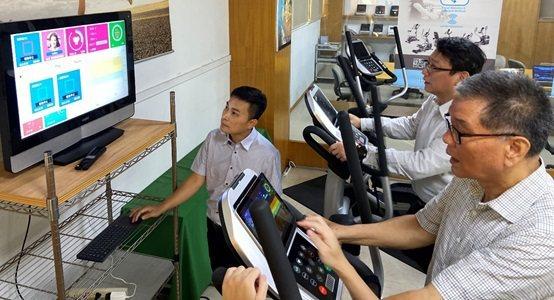 董事長陳朝泉與王鐘賢教授親自體驗開發的產品。 長庚大學/提供
