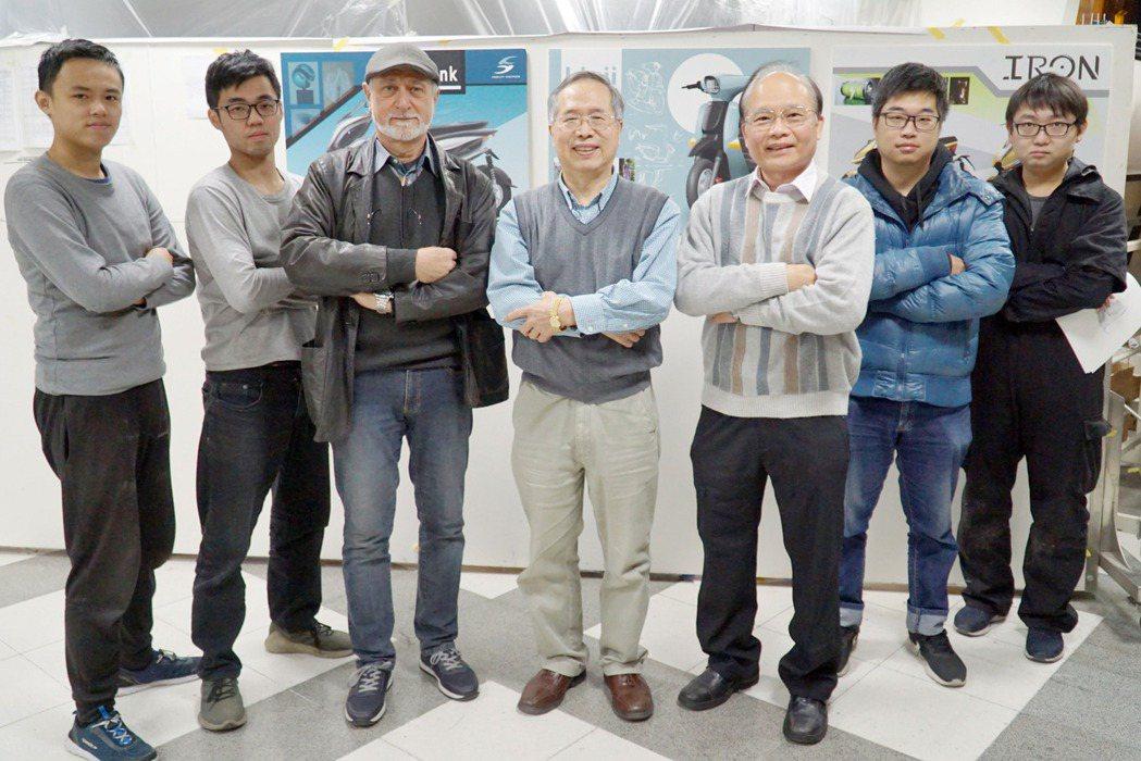 大葉大學機械系林海平教授(中)帶領的電動機車研發團隊,獲經濟部價創計畫2千萬元獎...