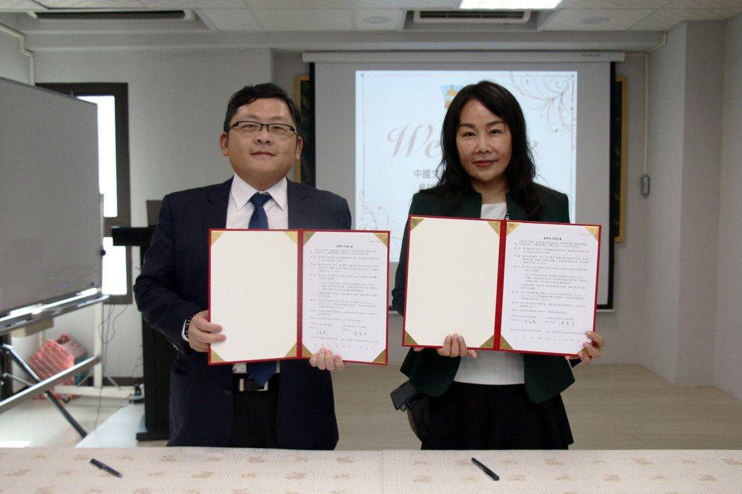 五泰房屋陳素君董事長(右)與文化大學土地資源系家儂教授(左)共同簽訂產學合作。