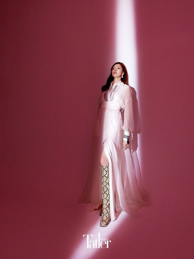 洋裝 by Brunello Cucinelli;鞋子 by Gucci;Sno...