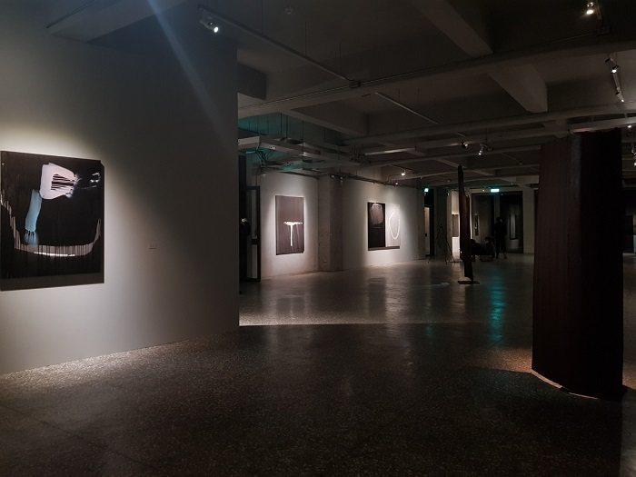 《林鴻文:於 默默》展覽中藝術家林鴻文內化近年來對於環境與社會的觀察,透過環境的...