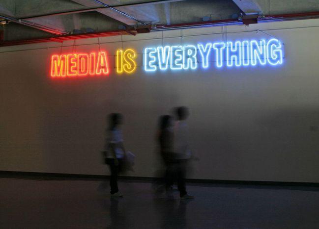 盧明德,《媒體是一切》,2001,霓虹燈、變壓器,75×630公分。臺北市立美術...