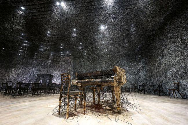 塩田千春,《寂靜中》(暫譯),2002/2019,燒焦鋼琴、燒焦椅、Alcant...