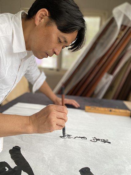 陶藝家李仁燿自幼接觸書法及陶藝,深受文藝薰陶30餘年。 大湖草莓文化館/提供
