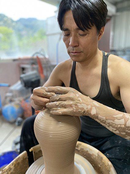 陶藝家李仁燿以「小口瓶九頭身」的獨特技法在藝術界打響知名度。 大湖草莓文化館/提...