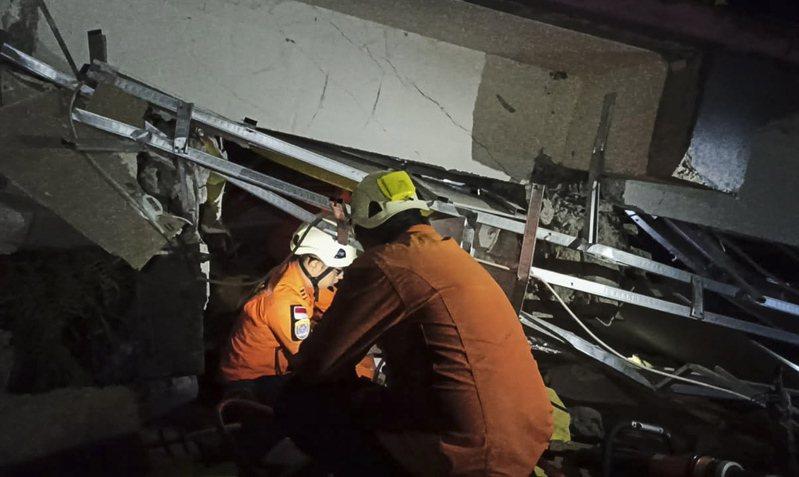 印尼蘇拉威西島(Sulawesi)發生規模6.2地震,救難隊正在搜尋倒塌建物下是否有生還者。 歐新社