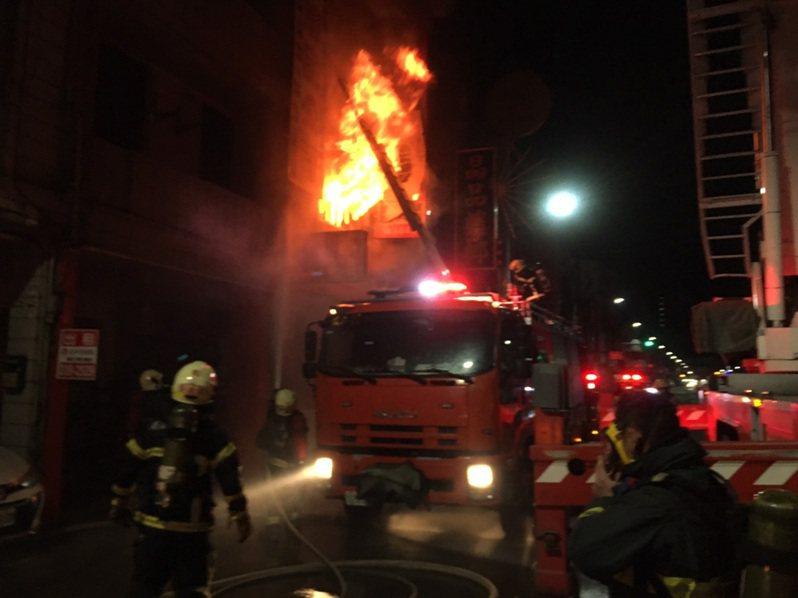 高雄鳳山一棟4樓透天厝15日凌晨因不明原因竄出濃濃火煙,警消出動大量人車到場搶救。(民眾提供) 中央社