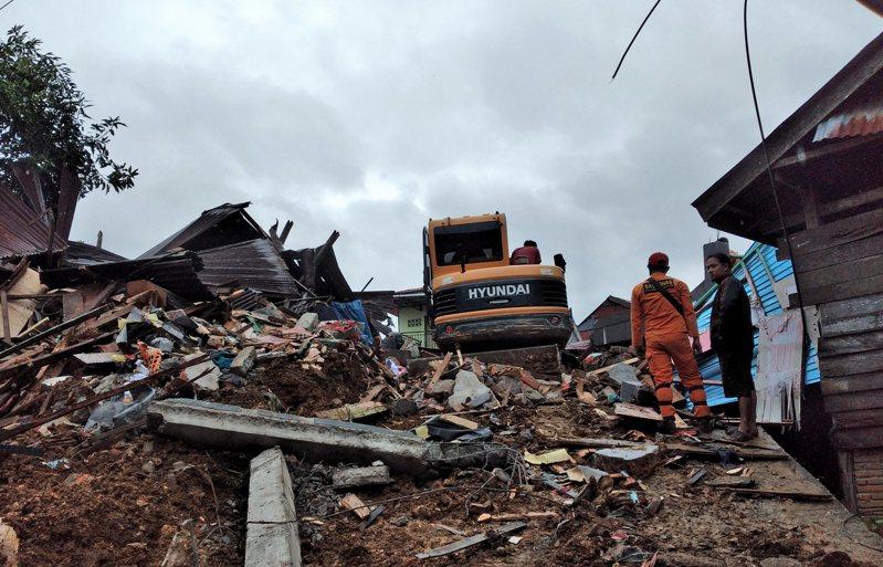 印尼當局表示,蘇拉威西島(Sulawesi)今天清晨發生規模6.2地震,造成至少34人罹難,多棟建築受損倒塌,當中一間醫院被夷為平地,病患和工作人員被埋在瓦礫堆中。 美聯社