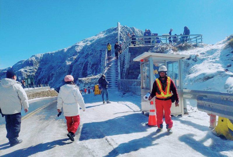 合歡山雪季期間,公路總局道路管制人員默默守護用路人安全,管制期間24小時派員輪班駐守。(公路總局提供) 中央通訊社