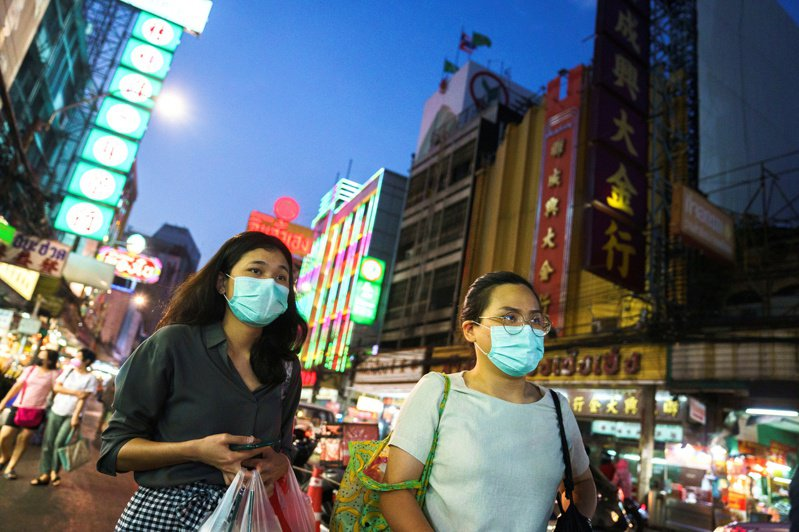 新冠肺炎疫情重挫旅遊業,泰國將對入境的外國旅客徵收每人300泰銖(約新台幣280元)的入境觀光費,收入將用來發展泰國的旅遊產業鏈,並提供旅客旅遊期間安全保護。 路透社